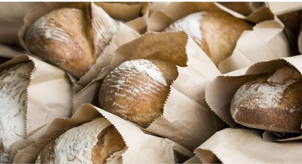 پیچیدن نان در روزنامه